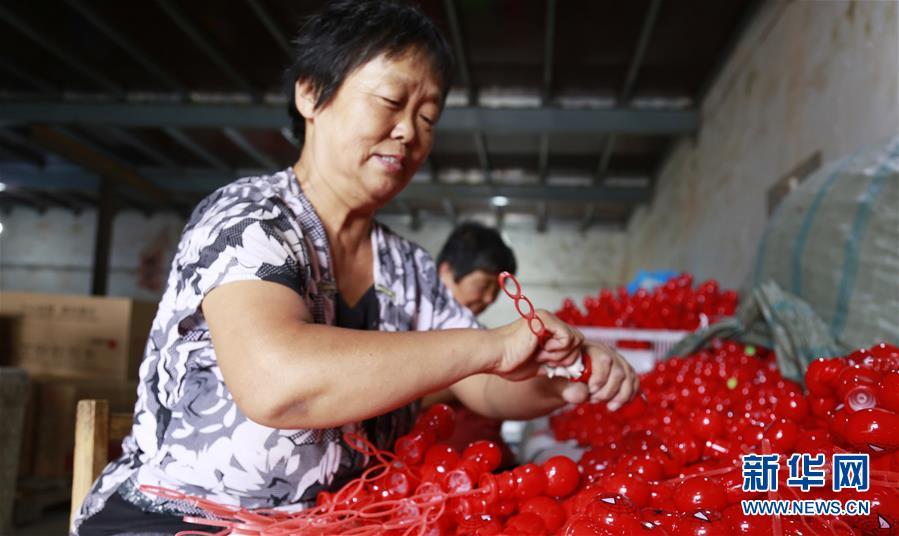 """#(社会)(1)河北新河:""""扶贫微工厂""""助农民家门口就业"""