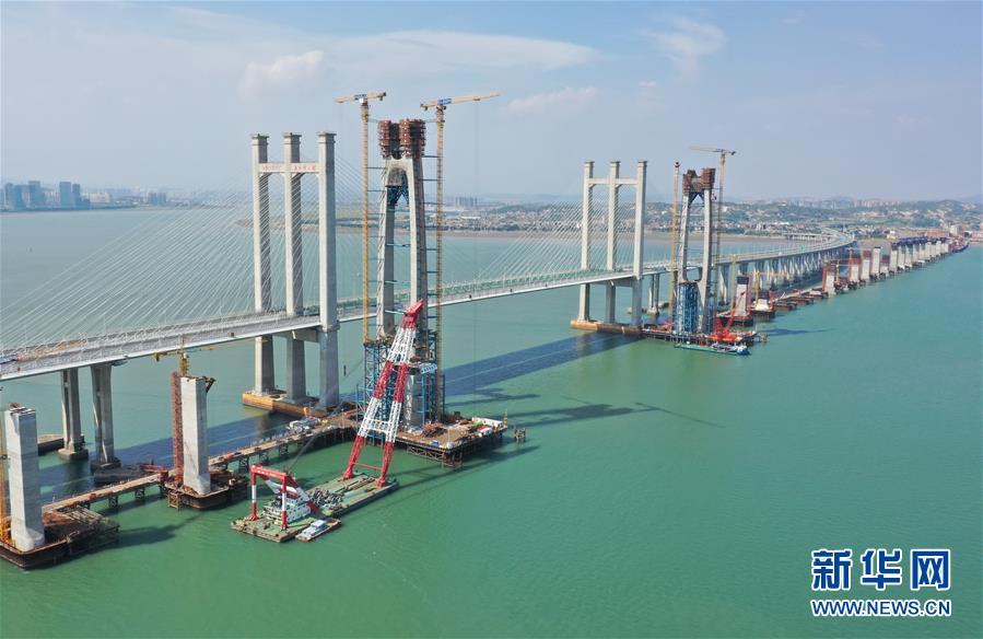 (经济)(1)新建福厦铁路泉州湾跨海大桥首榀钢箱梁顺利吊装