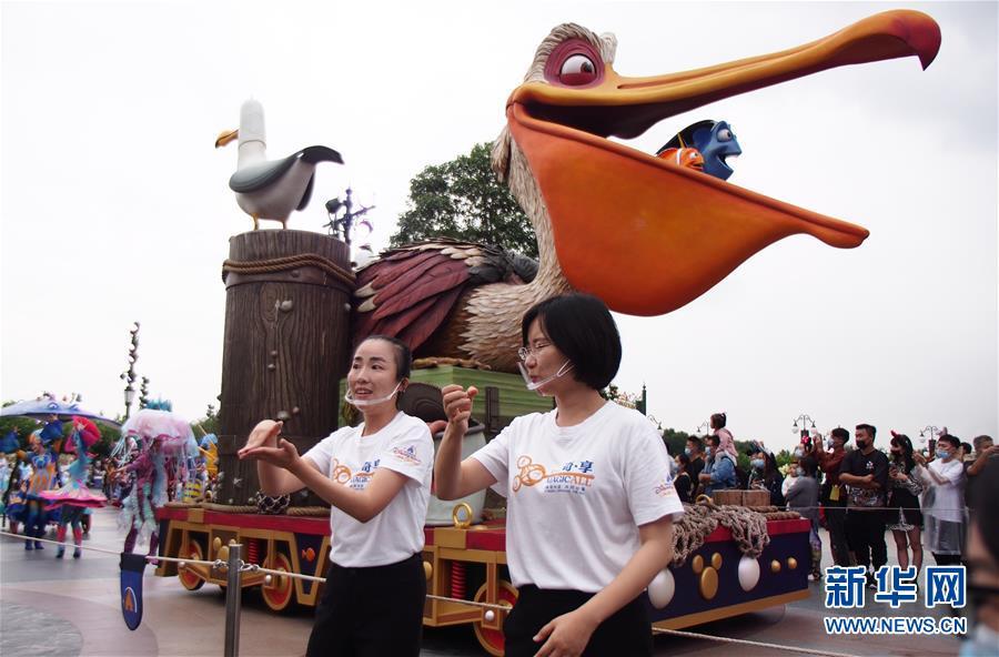 """(社会)(1)上海迪士尼推出""""米奇童话专列""""花车巡游手语翻译服务"""