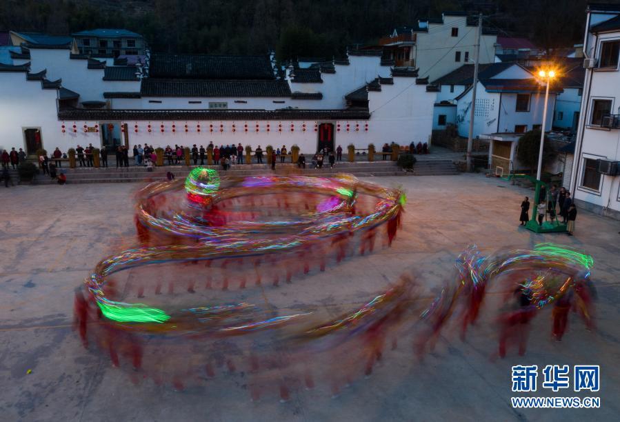 浙江杭州:百米女子板龙庆元宵佳节