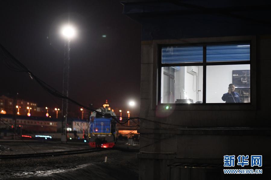 """致敬!绥芬河铁路口岸站国际联运换装场上的""""安全卫士"""""""