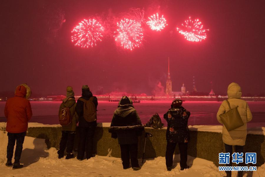 俄罗斯圣彼得堡:燃放烟花庆祝祖国保卫者日