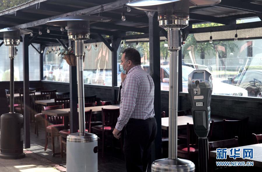 美国加州:餐桌摆在马路上