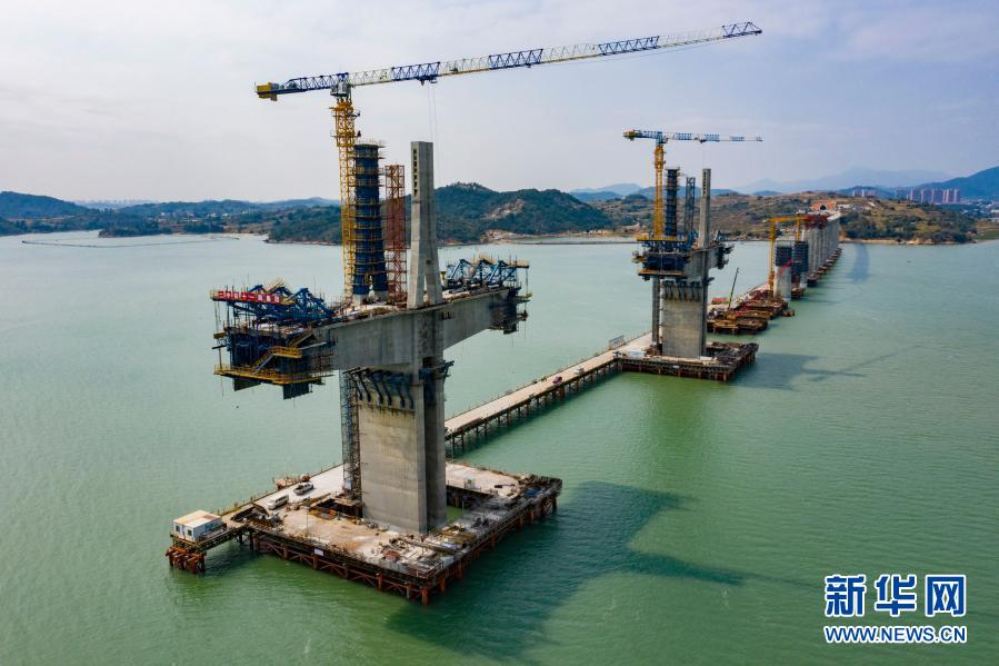 新建福厦铁路湄洲湾跨海大桥主塔封顶 全长14.7公里