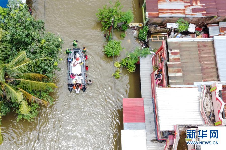 连续强降雨 印尼望加锡遭遇洪灾