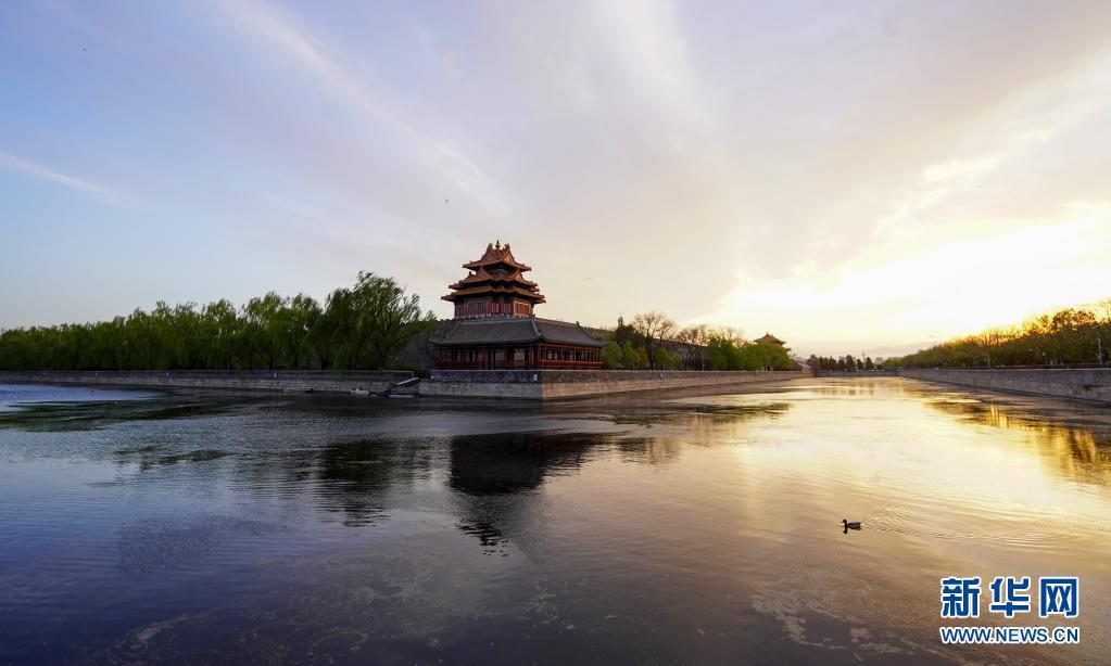 北京:落日余晖映角楼