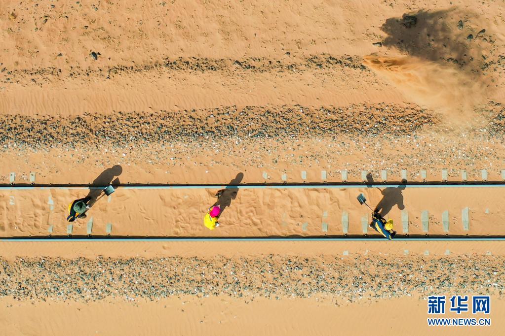 风沙季来了!大漠铁路治沙工
