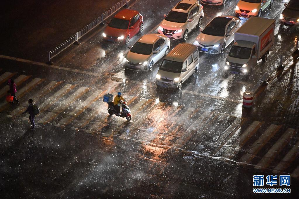 黄色预警 天津遭遇雷电天气