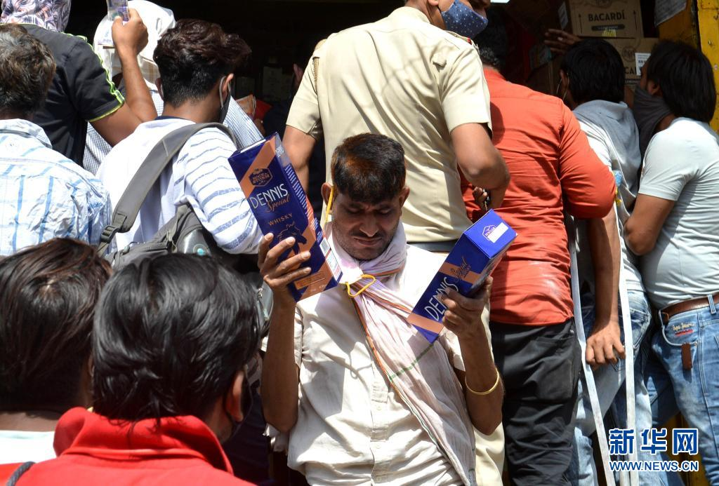 疫情不断恶化!印度:封锁前 买酒忙