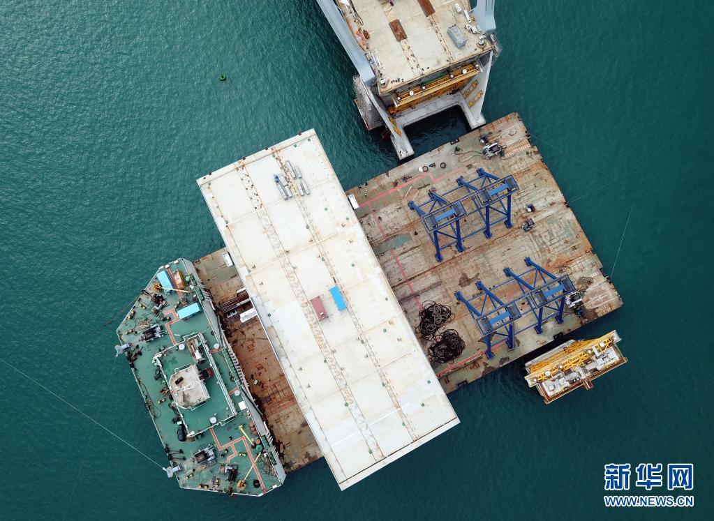 香港将军澳大桥进行东西边跨安装工作