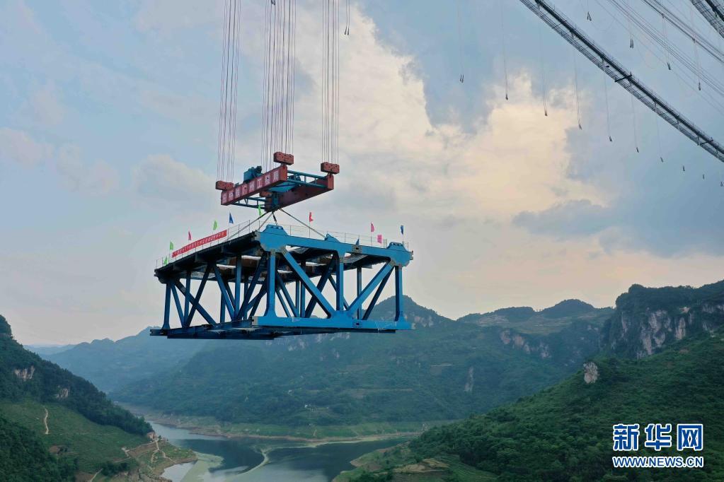 贵州:开州湖特大桥开始架梁