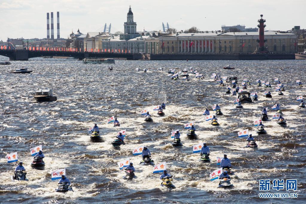 俄罗斯:圣彼得堡举行水上游行纪念卫国战争胜利76周年
