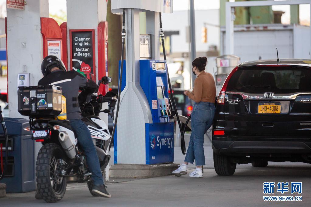 美国全国平均油价首次突破每加仑3美元