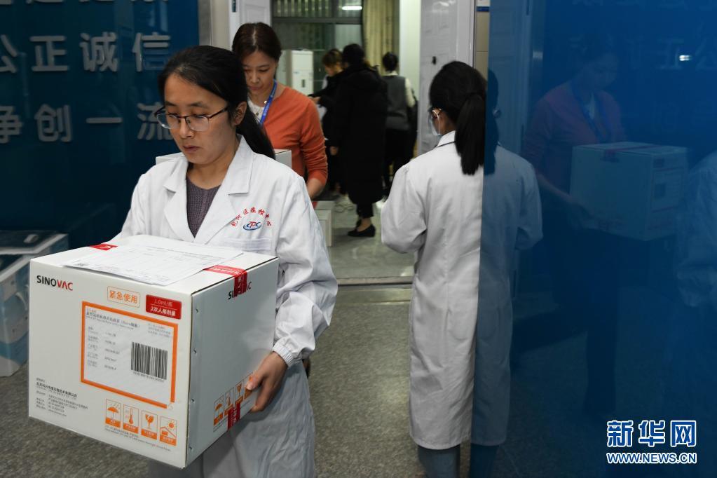 直击|合肥:配送新冠疫苗 保障接种需求