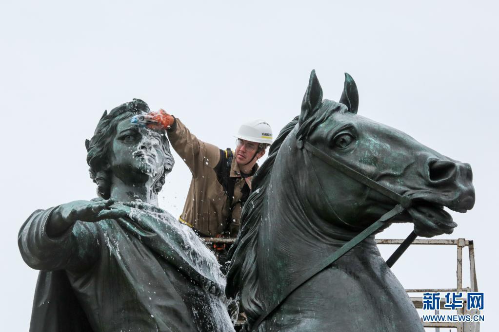 """俄罗斯:清洁""""青铜骑士"""" 庆祝圣彼得堡建城318周年"""