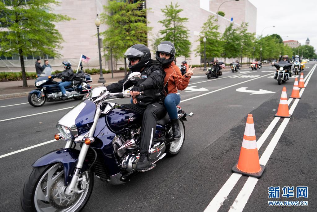 """美国华盛顿举行""""滚雷""""摩托车大游行"""