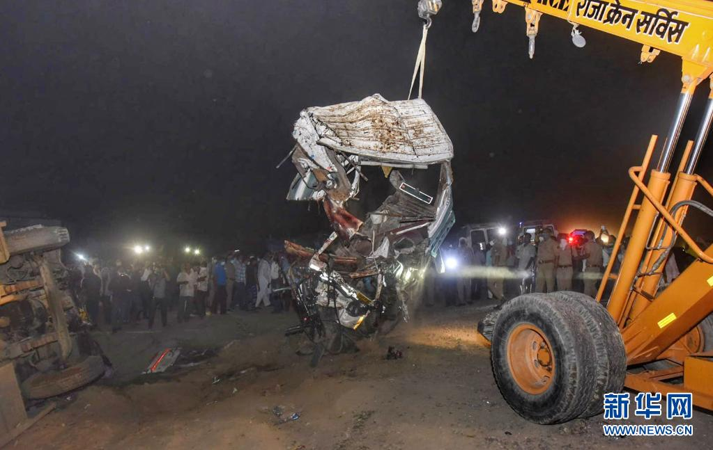 直击:公交车与货车在印度北方邦相撞导致至少17人死亡