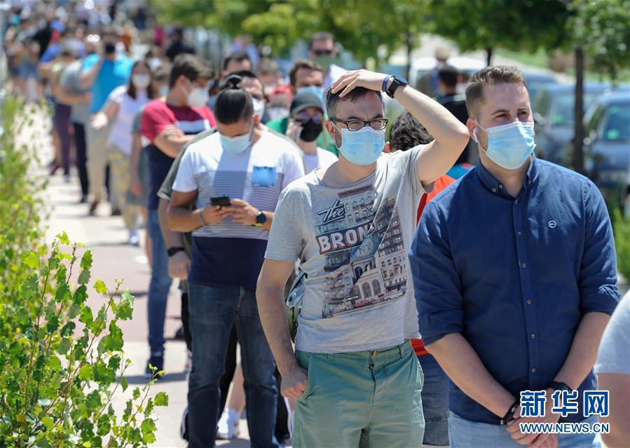 (国际疫情)(5)西班牙:烈日下排队接种疫苗