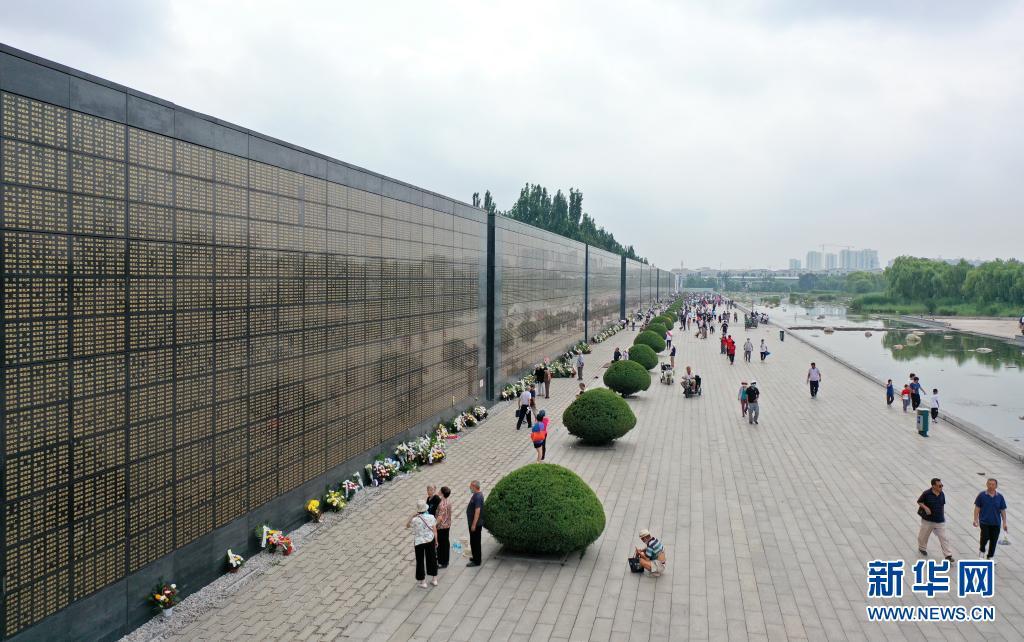 唐山大地震45周年:纪念墙前寄哀思