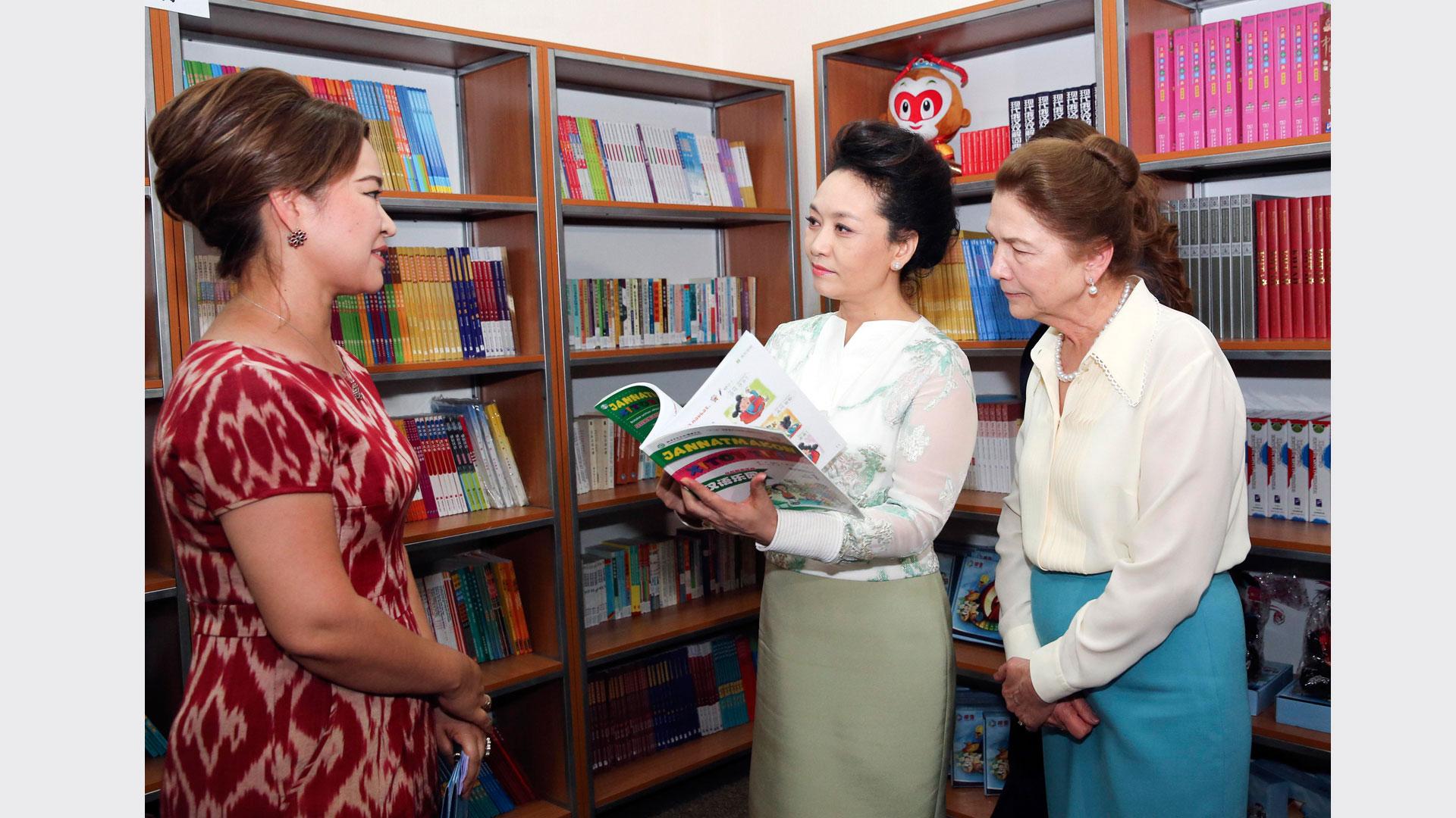 彭麗媛同烏茲別克斯坦總統夫人卡裏莫娃共同參觀塔什幹孔子學院