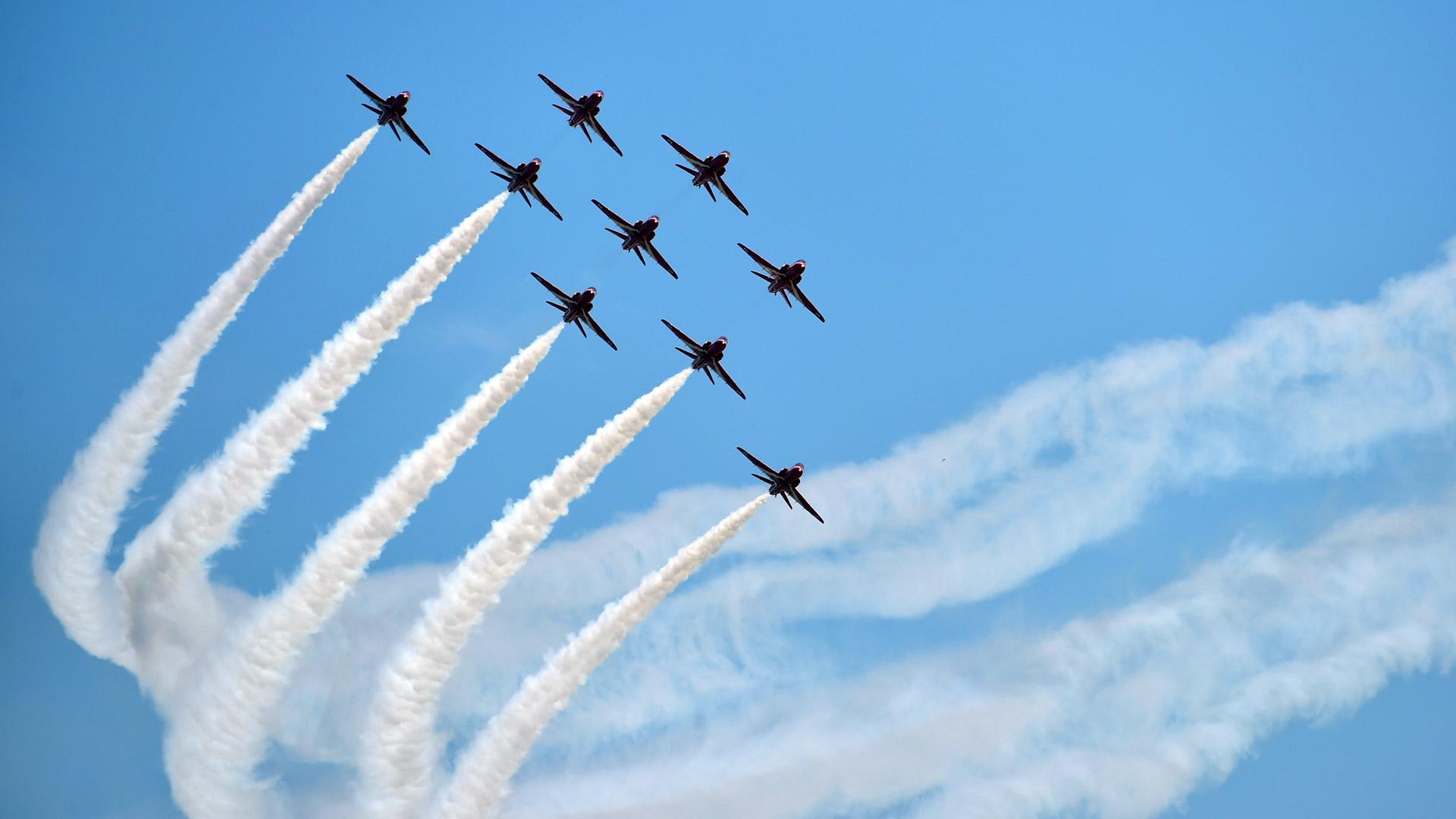 10月27日,英国皇家空军红箭飞行表演队在表演中。当日,参加第十一届中国国际航空航天博览会的英国皇家空军红箭飞行表演队在珠海进行首场公开表演,这也是红箭在中国的首秀,炫目的特技动作引起强烈关注。新华社记者梁旭摄