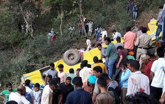 印度北部发生校车坠谷事故约20名儿童遇难