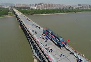 南京长江大桥维修改造工程公路桥桥面板合龙