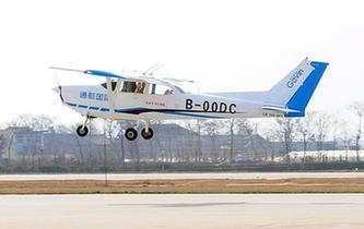 國産小鷹-700飛機成功首飛