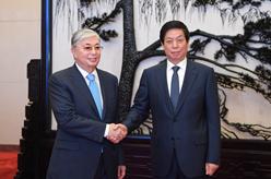栗戰書會見哈薩克斯坦總統托卡耶夫