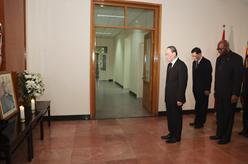 王岐山前往津巴布韋駐華使館吊唁穆加貝逝世