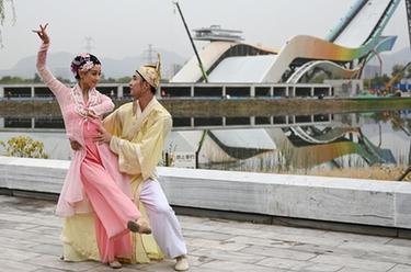 """北京:首鋼園裏的""""環境舞蹈""""展演"""