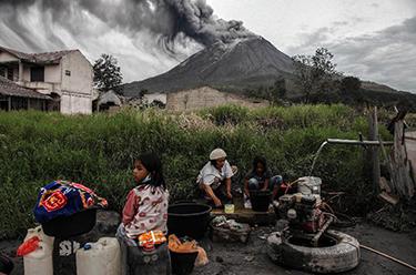 噴發的印尼錫納朋火山