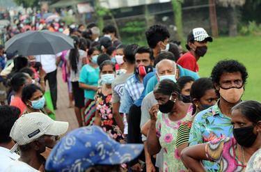 """斯裏蘭卡:為疫情""""隔離區""""居民分發糧食"""