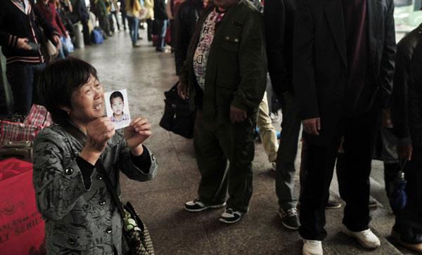 福州:12岁男孩走失 奶奶街头跪寻下落