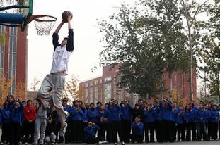 王治郅等為鄉村教師上籃球課