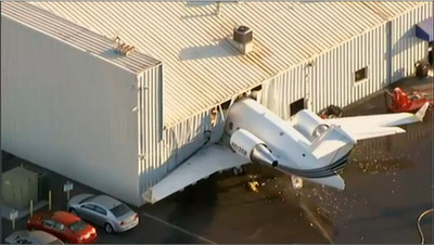 高清组图:美国价值百万私人飞机撞上停机库