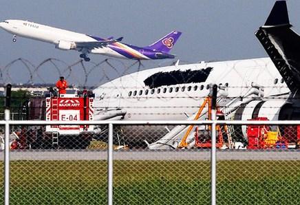 一泰航客机降落时滑出跑道
