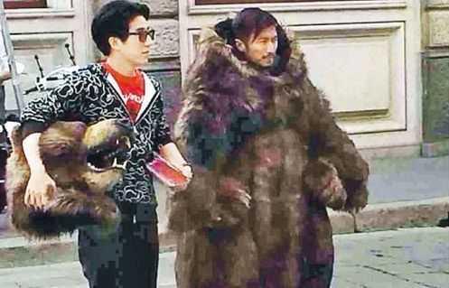謝霆鋒扮狗熊嚇路人 房祖名用鎖鏈帶其上街