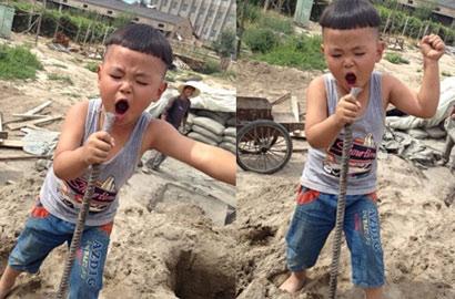 """4岁萌娃工地忘情歌唱走红 网友封其""""工地歌霸"""""""