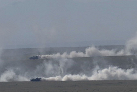 軍方曝光超猛演習照:99改坦克集群衝鋒