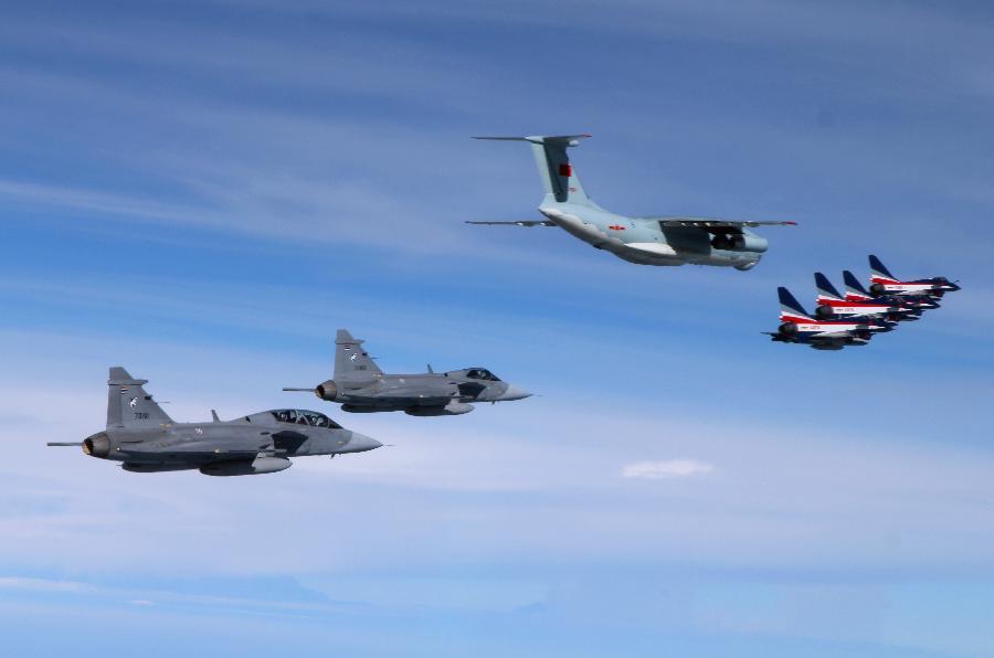 """空軍八一飛行表演隊獲讚""""閃亮的中國名片"""" 回國途中由泰國""""鷹獅""""戰機伴隨飛行"""