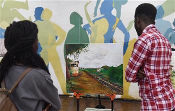 中国文化交流团在肯尼亚举办画展和时装秀