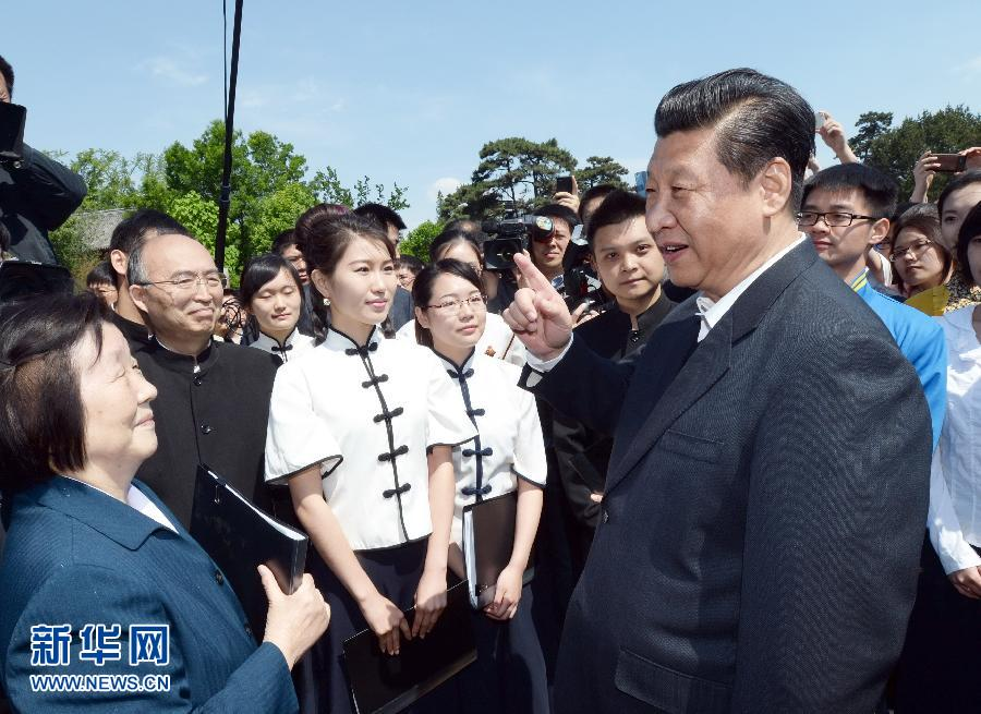 5月4日,习近平在校园观看北大师生纪念五四运动95周年青春诗会时同朗诵者亲切交谈。新华社记者 马占成 摄