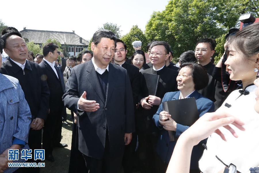 5月4日,习近平在校园观看北大师生纪念五四运动95周年青春诗会时同朗诵者亲切交谈。 新华社记者 鞠鹏 摄
