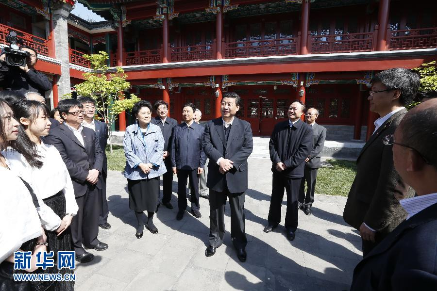 5月4日,习近平在北京大学人文学苑同师生们交流。 新华社记者 鞠鹏 摄