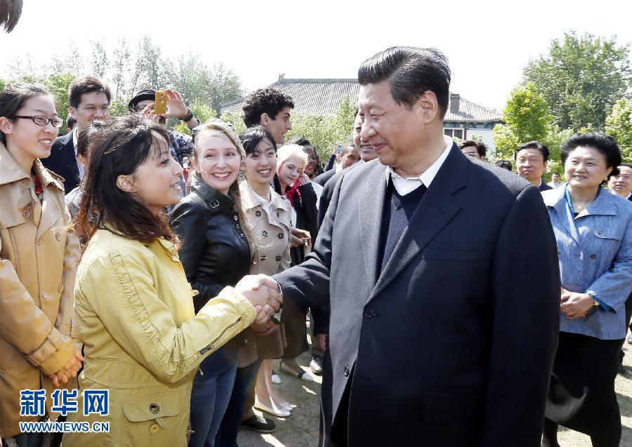 5月4日,习近平在北大校园同留学生亲切交谈。 新华社记者 鞠鹏 摄