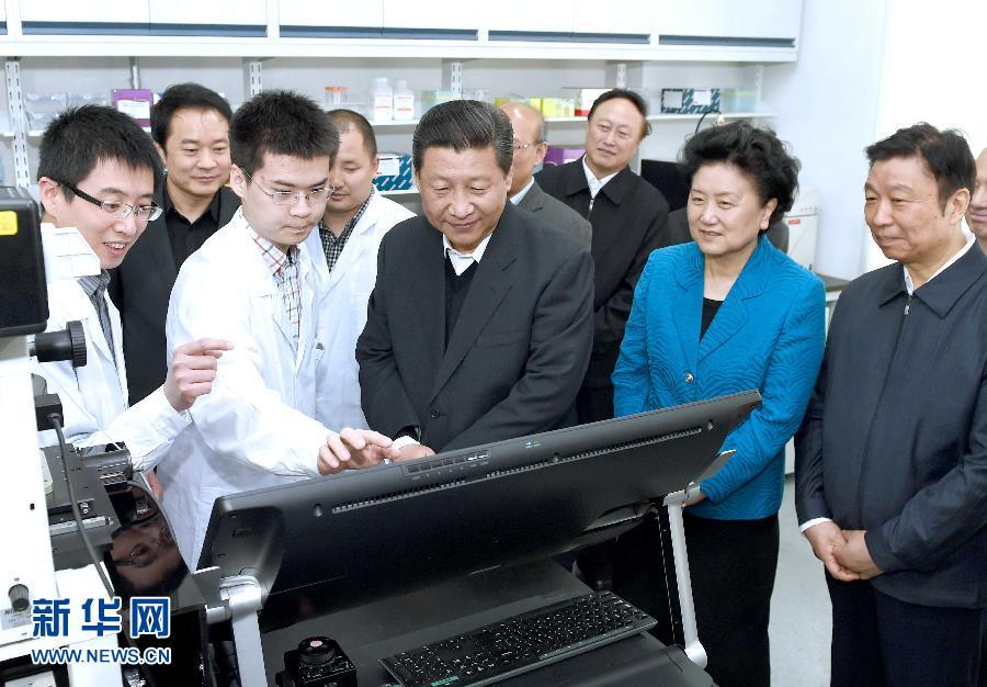 5月4日,习近平在北京大学生物动态光学成像中心了解癌症早期诊断研究应用情况。 新华社记者 马占成 摄
