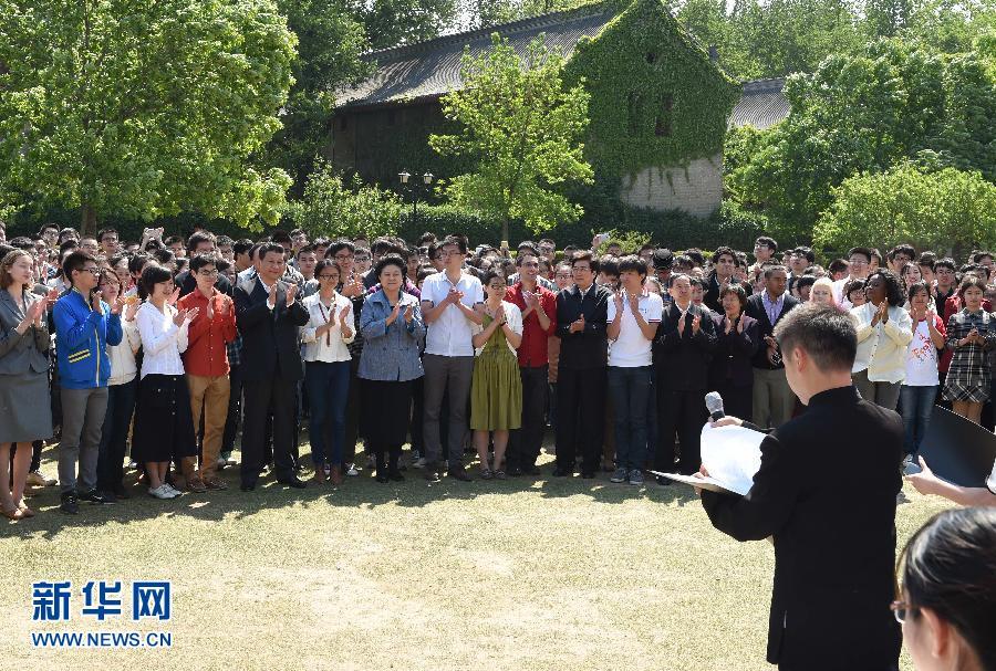 5月4日,习近平在校园观看北大师生纪念五四运动95周年青春诗会。 新华社记者 马占成 摄