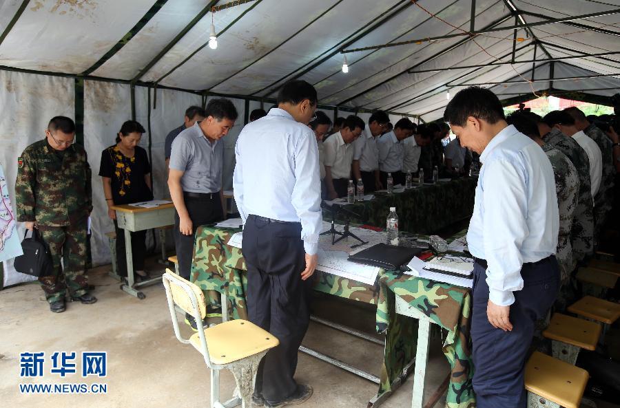 這是會議開始時,李克強和參加會議的全體同志向此次地震中的不幸遇難者默哀。 新華社記者姚大偉攝