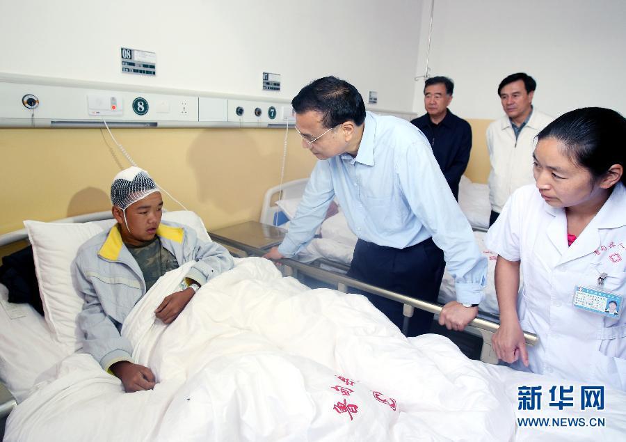 8月5日一大早,中共中央政治局常委、國務院總理李克強到雲南魯甸縣人民醫院,看望這裏收治的地震傷員,慰問醫護人員。 新華社記者姚大偉攝